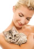 Mulher bonita com gatinho adorável — Fotografia Stock