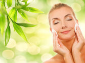 Schöne frau entfernen kosmetik — Stockfoto