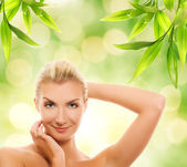 Mujer aplicar cosméticos orgánicos — Foto de Stock