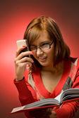 Mujer divertida buscando un número de teléfono — Foto de Stock