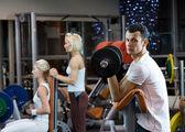 Grupp att arbeta ute i gym — Stockfoto