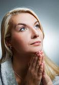 Jonge vrouw praying — Stockfoto