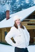 Gelukkig jonge vrouw buitenshuis — Stockfoto