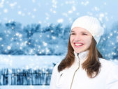 Young woman in winter clothing outdoor — Stock Photo