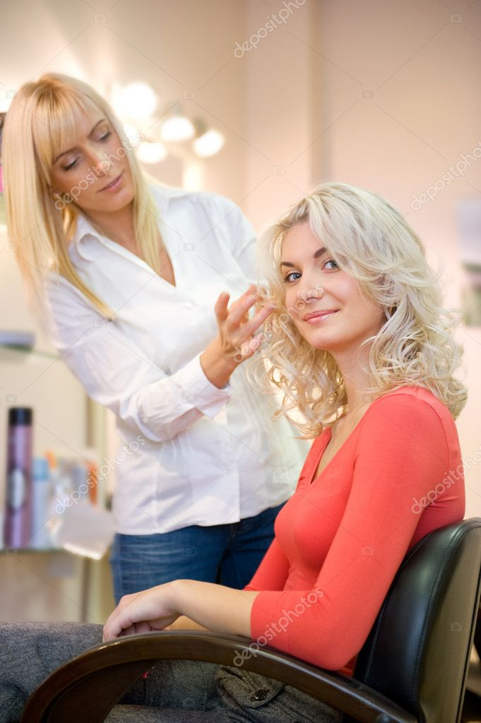 Young woman in beauty salon — Foto Stock #2084394