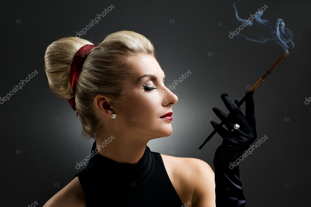 Beautiful smoking woman. Retro portrait — Stockfoto #2085524