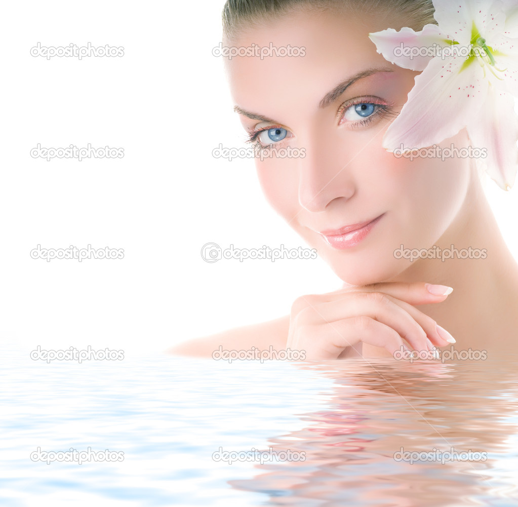 Beautiful woman with lily flower reflected in water — Stock Photo #2085601