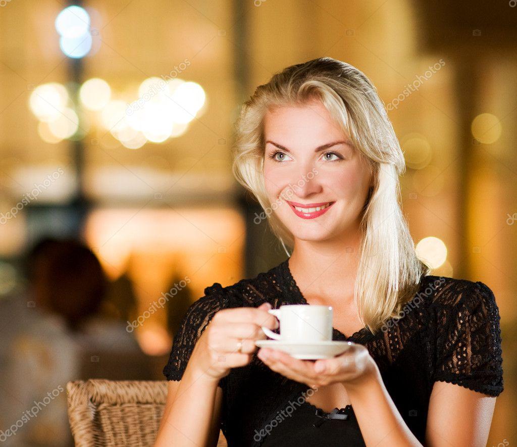 Фото девушек с кофе в кафе