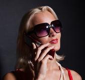 Glad kvinna ringer genom mobil — Stockfoto