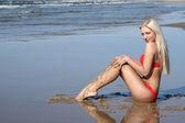 美丽的年轻女子在海边上 — 图库照片
