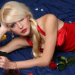 Beautiful young woman holding gun - Stockfoto