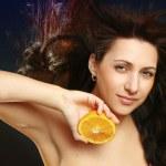 donna allegra con arancia fresca — Foto Stock