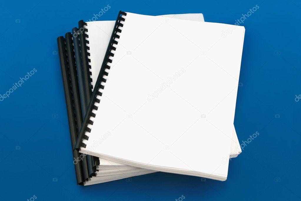 livre reli spirale sur fond bleu photographie vitcom 1528592. Black Bedroom Furniture Sets. Home Design Ideas