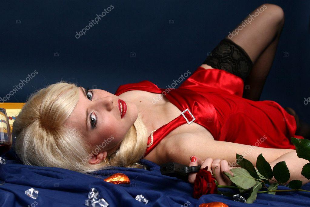 blondinka-v-krasnom-porno