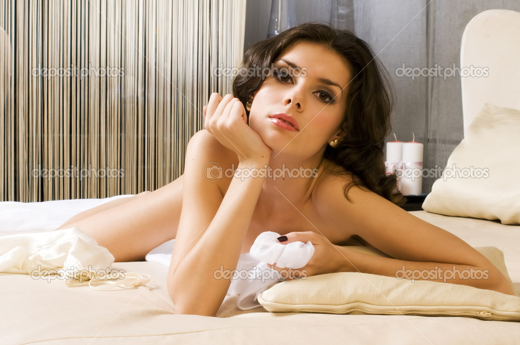 Portrait of the beautiful naked woman in a bedroom — Stock Photo #1418515