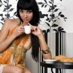 krásná dívka sedí v kavárně — Stock fotografie