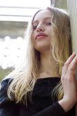 Junge blondine im garten — Stockfoto