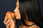Prachtige exotische vrouw met apple — Stockfoto