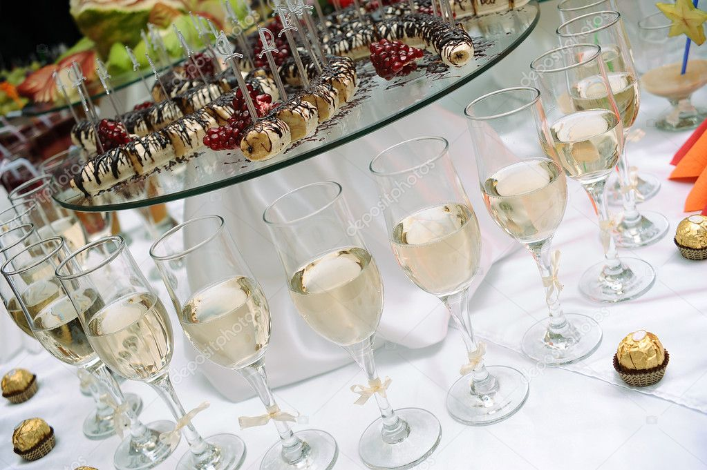 Row of glasses of white wine and sweets — Stock Photo #2099937