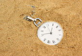 Old pocket watch buried in sand — 图库照片