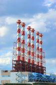 工厂和蓝蓝的天空背景上的植物 — 图库照片