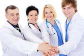Unidad de cuatro médicos exitosos felices — Foto de Stock