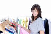 Mujer feliz eligiendo ropa — Foto de Stock
