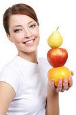 Vrouw met vertegenwoordiging van vruchten — Stockfoto
