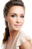 Mooie vrouw met creatieve kapsel — Stockfoto