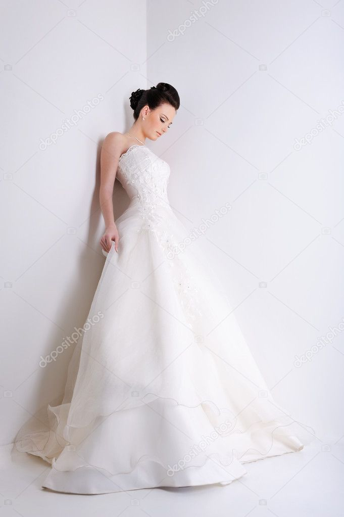 Beauty young bride dressed in elegance white wedding dress — Stock Photo #1485524