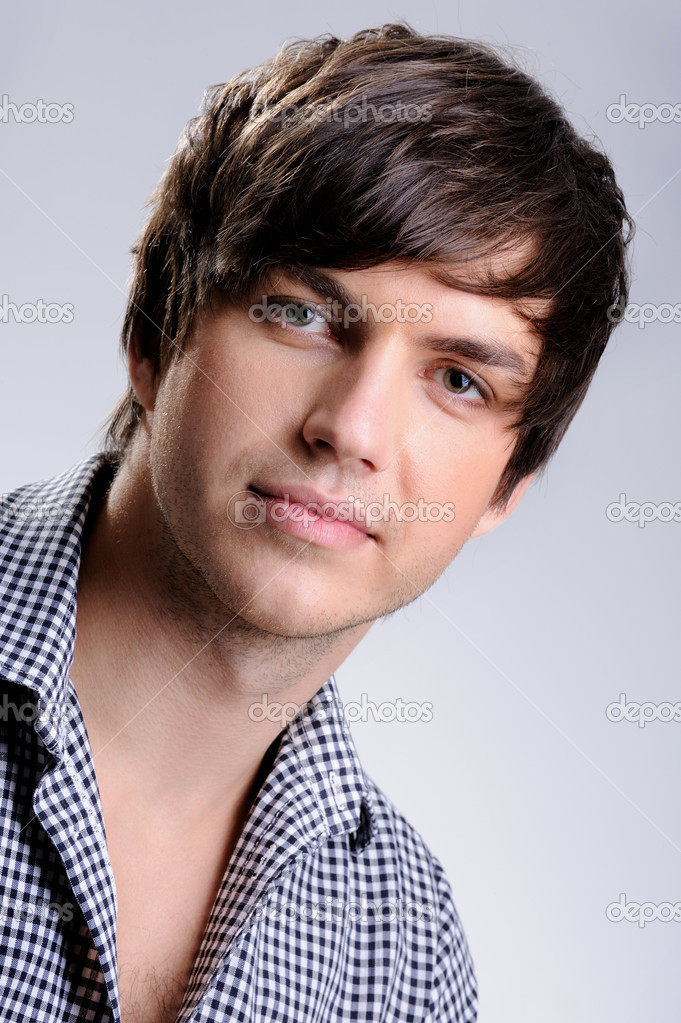 Portrait of a handsome young man posing in the studio with modern straight hairstyle — Stock Photo #1485807