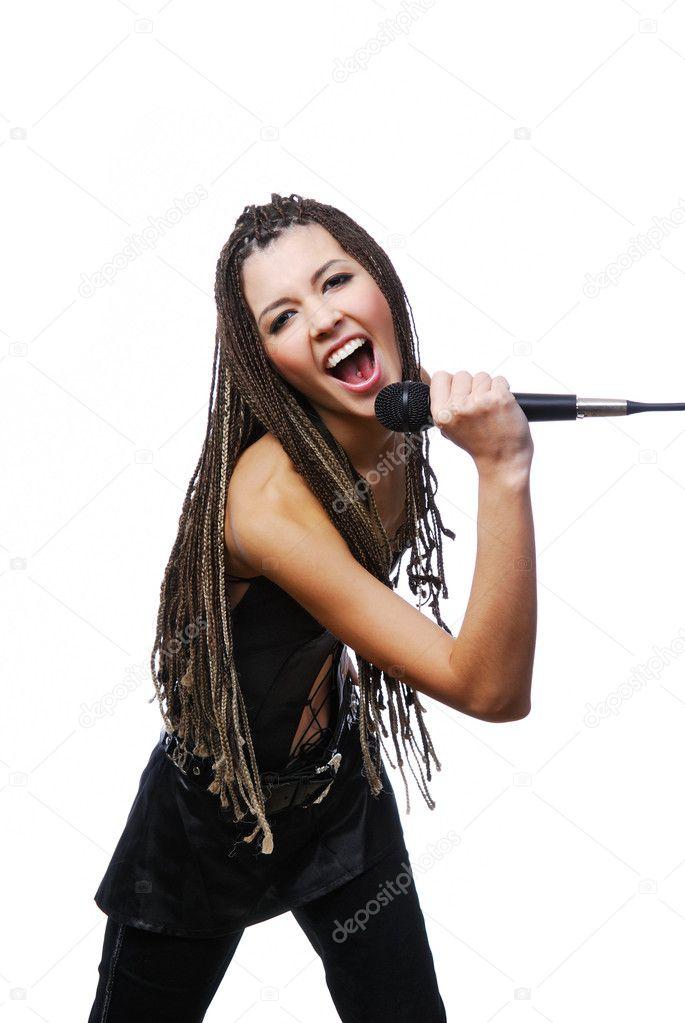 Photo d'une fille qui chante