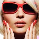 volto femminile in occhiali da sole fashion rosso — Foto Stock