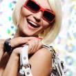 mujer feliz con gafas de sol rojos — Foto de Stock