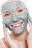Vrouw toepassing van het masker van cosmetische — Stockfoto