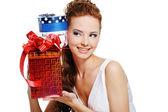 žena s dárek k narozeninám — Stock fotografie