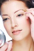 Sopracciglia depilating donna — Foto Stock