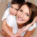 sorrindo a mãe com ele filho — Foto Stock