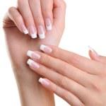 kobiece ręce z Francuski manicure — Zdjęcie stockowe