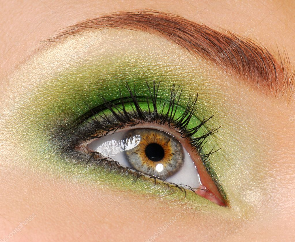 Woman eyes  with bright green color of  eyeshadow cosmetic — Stockfoto #1512890