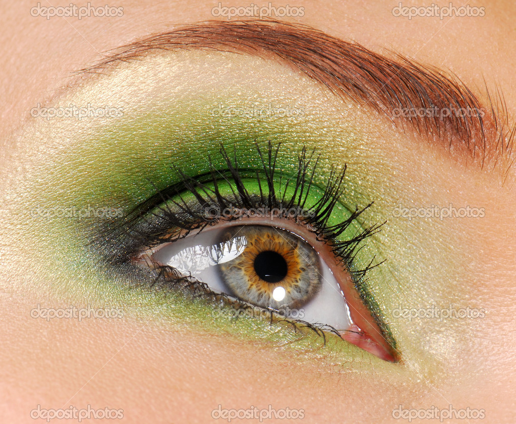 Woman eyes  with bright green color of  eyeshadow cosmetic — Photo #1512890