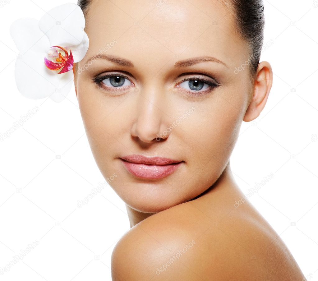 Beautiful pretty woman with  clear skin and flower near her eyes — Stock Photo #1519383