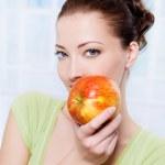 vackra sensulity kvinna med äpple — Stockfoto