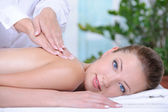 Massage für die frau in der spa-salon — Stockfoto