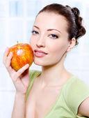 Beautiful sensulity woman with apple — Stock Photo