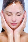 Stromen van water op het vrouwelijke gezicht — Stockfoto