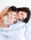 Glad mamma och hennes vackra son — Stockfoto
