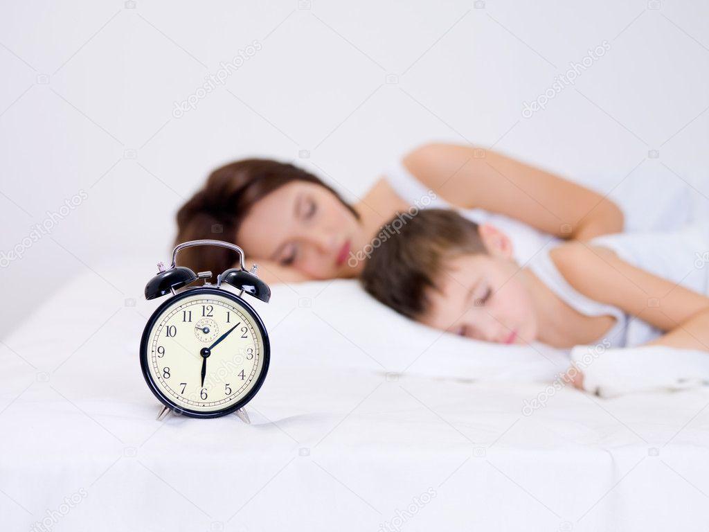 мать и сын спят в одной постели