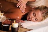 массажист делая массаж девушки — Стоковое фото