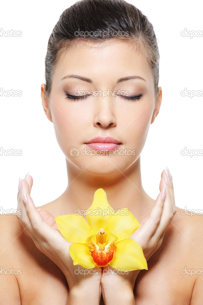 Close-up face of a beauty asian woman relaxation with flower in hands — ストック写真 #1543650